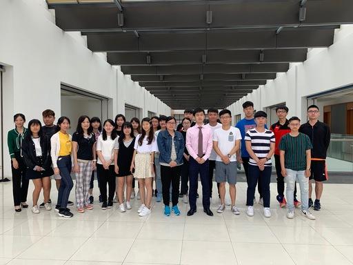 人民大學劉正凱教授與同學分享中國證券市場現況,說明當前中國資本市場的首要工程「科創版證券」之發展策略。圖為中金院學生於課後與劉正凱教授合影留念。