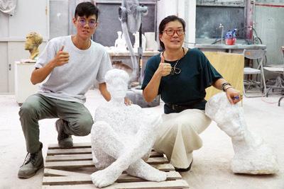 大葉大學造藝系廖秀玲主任(右)恭喜李伯元(左)獲選義大利卡拉拉美術學院交換學生