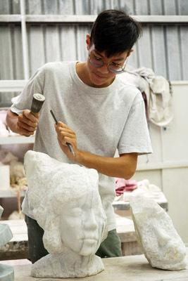 李伯元就讀大葉大學造藝系後,深深被石雕創作吸引