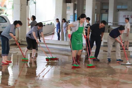 中華醫大教職員總動員清理淹水後的校園