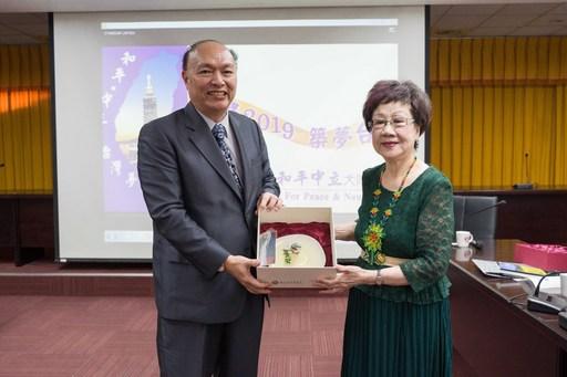 國立臺北商業大學張瑞雄校長感謝前副總統蒞校演講,致贈紀念品給呂秀蓮前副總統。