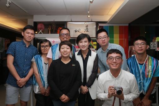 文化部長鄭麗君(中)與台灣基地協會成員合影