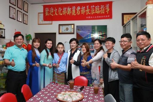 文化部長鄭麗君(左5)與台灣新移民協會成員合影