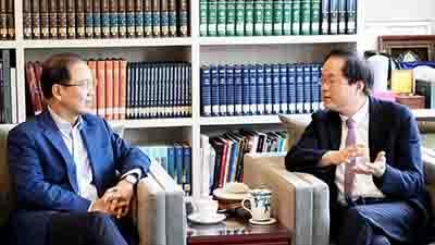 臺藝大陳志誠校長(右)與體學生物科技李鍾熙董事長(左)針對藝術政策、經營與教育等項目交換意見。