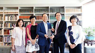 拜會合照,左起蔡明吟主任秘書、薛文珍副校長、李鍾熙董事長、陳志誠校長、吳珮慈副校長。