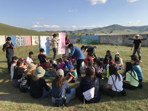 輔大志工團帶領蒙古孩童進行團康活動