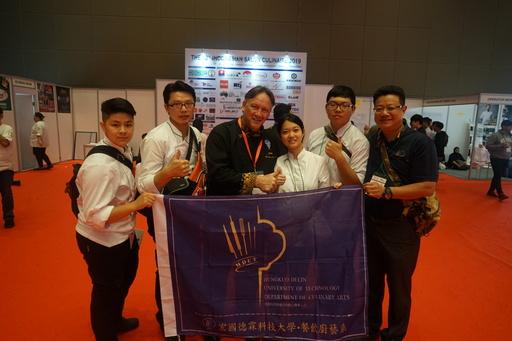 宏國德霖科大廚藝系師生共披戰袍挑戰2019印尼雅加達國際廚藝競賽榮獲1 金5銀3銅