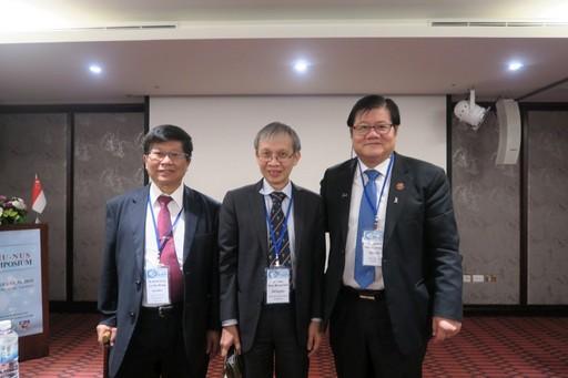 洪明奇校長(右一)與王陸海副校長(左一)與新加坡國立大學Yong Loo Lin School of Medicine負責國際事務的Dow Rhoon KOH主任合影。
