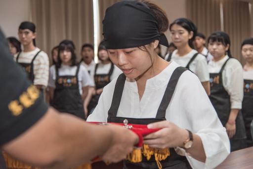 景文科大與東龍珠鑽石集團第三屆金藝球精拜師儀式。