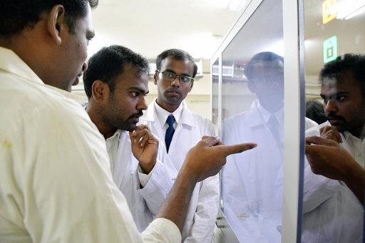醫化系印度籍助理教授庫碼(左一)指導印度學生