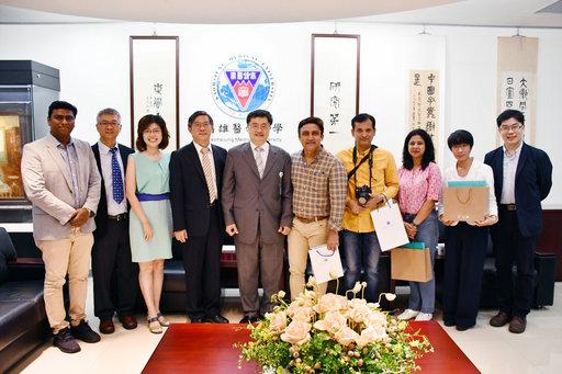 高醫大校長鐘育志(左五)與印度電視台採訪團合影