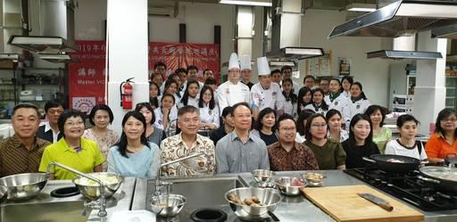 歐迪默餐飲學院師生及泗水臺商僑胞與主廚講師合影