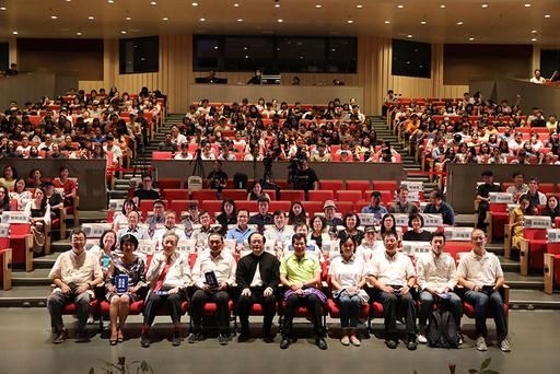 大觀國際表演藝術節盛大開幕,參與貴賓與師生於臺藝表演廳大合照。
