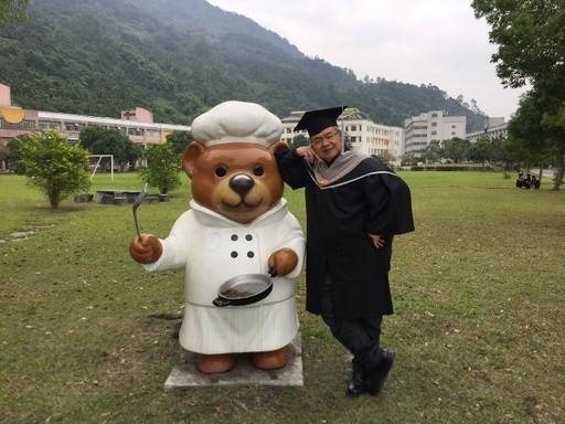 王振宏穿上碩士袍在臺灣觀光學院校園輕鬆留影。