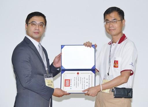 美醫會常務理事黃啟嘉醫師(右)頒贈感謝狀給資策會科法所李億誠分析師(左)