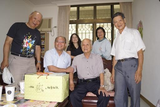 探訪退休同仁李鴻禧副教授(前右二)