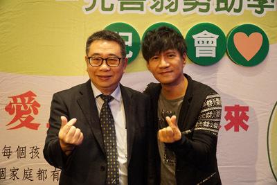 大葉大學校長梁卓中(左)與弱勢助學公益大使王宏恩(右)合影