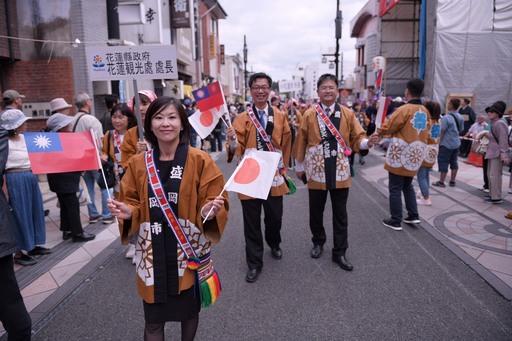 花蓮縣府代表團走在隊伍最前頭