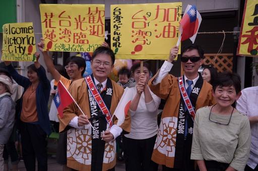 日人揮舞著中華民國與日本國旗,向縣府團隊揮手致意