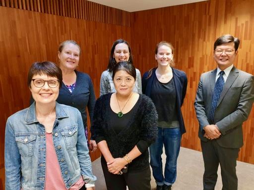 拜會赫爾辛基大學族群關係與國族主義研究中心留影(前排左至右:Suvi Keskinen 教授、謝若蘭教授。 後排左至右:Reetta Toivanen教授、Magdalena Kmak教授、Nora Fabritius、徐揮彥教授)