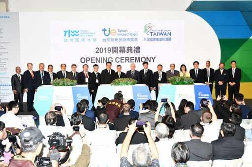 「台灣國際循環經濟展」開幕典禮,陳建仁副總統(中)、經濟部曾文生次長(左9)、外貿協會莊碩漢副董事長(右4)出席揭幕