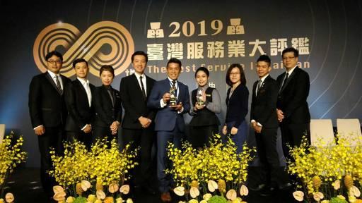 景文科大餐飲系學生劉庭暄榮獲「台灣服務業大評鑑」的「服務尖兵獎」。