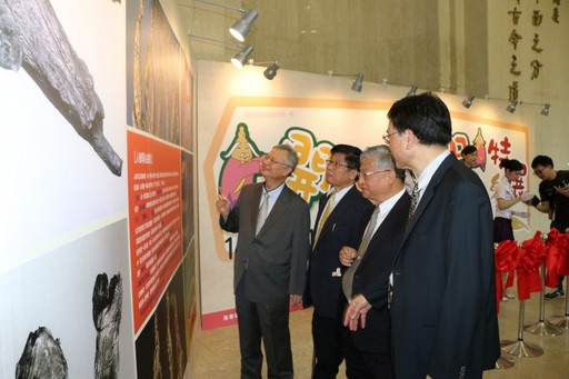 高尚德館長陪同貴賓參觀「開心益智人參特展」。