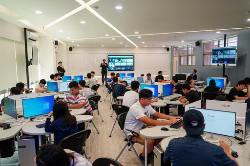66 School中心主任鍾孟達老師為AI系同學說明66School學習論壇內容。