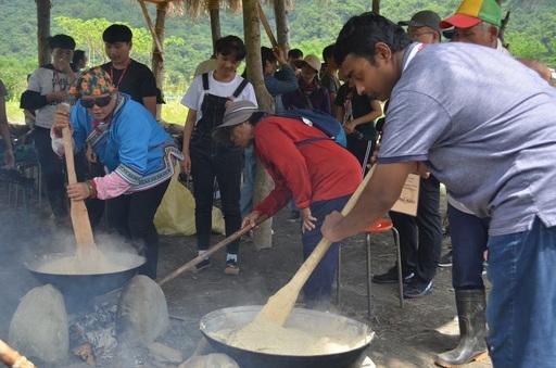 學生體驗小米傳統製法