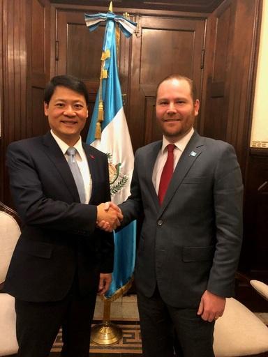 駐瓜地馬拉鄭大使拜會瓜國國會議長阿爾蘇(Álvaro Arzú)並與其合影