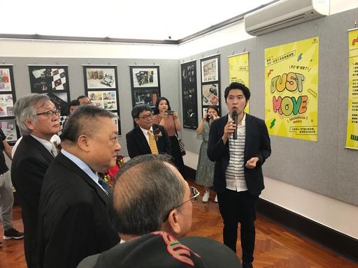 景文科大視傳系劉冠辰老師為來賓解說學生得獎作品。