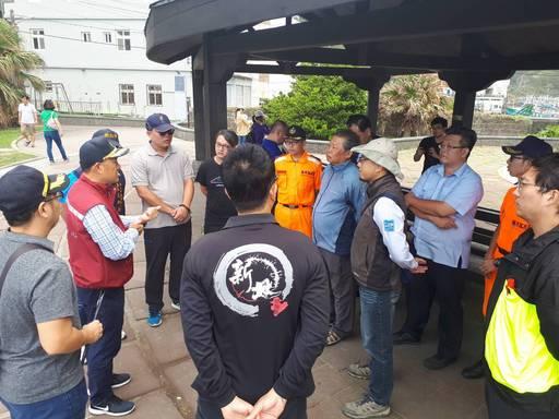 新北市政府呼籲民眾進行海岸釣魚時應確實穿著救生衣與防滑釘鞋。