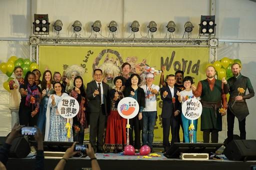 文化部次長彭俊亨(前排左四)、文化部影視局局長徐宜君(前排左六)與來賓開幕大合照