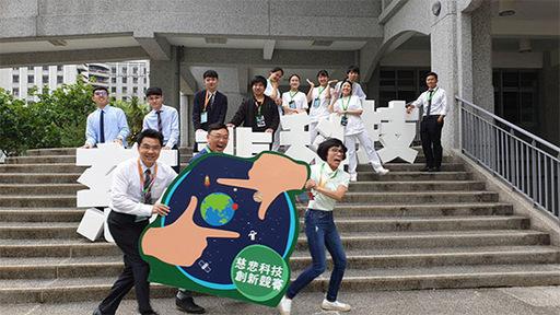 南臺科大電子系、產設系與慈濟科大護理系跨校組成「溫暖科技」團隊合影。