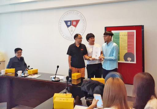 城市大學資管系學生葉翰鈞、蕭景元在老師吳榮和的指導下獲得「2019服務產業數據應用競賽」金牌肯定,增加大數據分析專力。