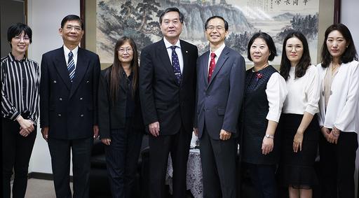 姜永勳代表、文化課課長韓智恩、林珠熙研究員等貴賓與拜徐興慶校長合影