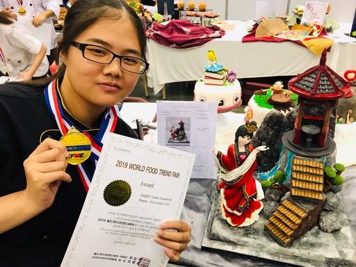 景文科大餐飲系卓襄菱同學以「樂階舞姬」為名的作品,獲得金牌。