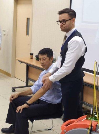 研討會現場另舉辦工作坊,讓學員能實地操作體驗治療儀器