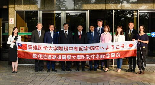 鐘育志校長(左4)在門口迎接,熱烈歡迎遠道而來的日本學者