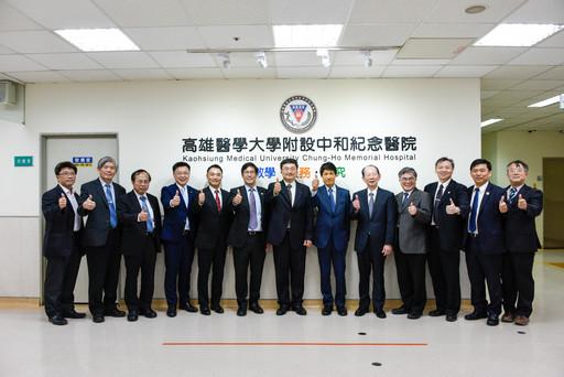 日本參議員古川俊治(右六)、慶應義塾大學醫學部副部長安井正人(左五)與高醫體系首長合照