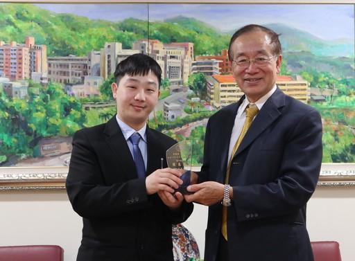 (左)衛福部南投醫院黃祺耀醫師與(右)中臺科大校長李隆盛合影