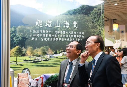 原民會於2019itf台北國際旅展呈現四大主題區,鍾興華Calivat‧Gadu副主委於現場向貴賓介紹部落旅遊特色。