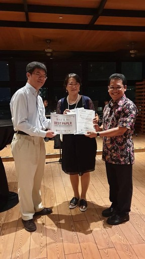 陳怡昌老師(左)指導李蕙合研究生(中)榮獲最佳論文獎