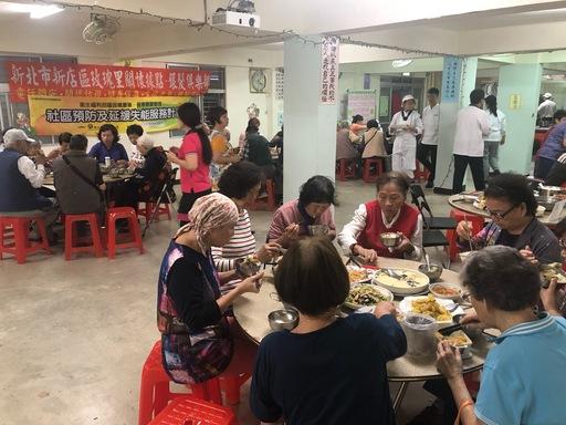參加的銀髮婆婆媽媽吃得很開心。