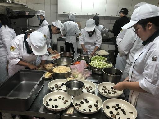 一群年輕的廚藝社學生在餐飲系吳忠義老師指導下展現廚藝。