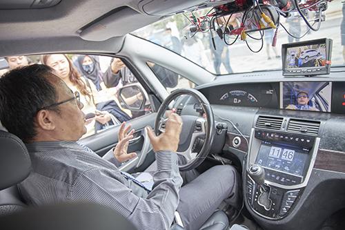蘇慶龍教授展示駕駛監控系統應用