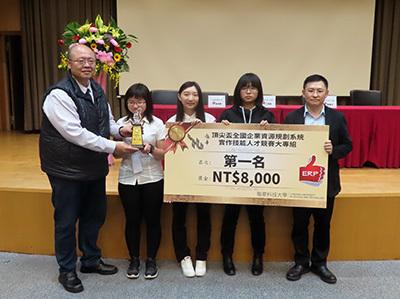 龍華科大企管系吳瑞煜主任指導陳巧倫、許雅蓁與劉沛慈,榮獲大專二級第一名。
