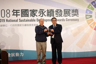 行政院政務委員張景森(左)頒發國家永續發展獎給大葉大學校長梁卓中(右)
