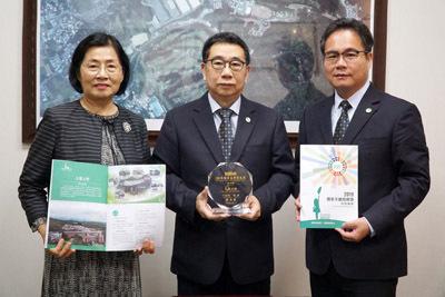 大葉大學校長梁卓中(中)、主秘侯雪娟(左)、總務長汪漢英(右)感謝國家永續發展獎對學校的肯定