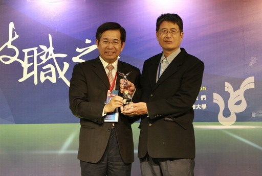 林慶全(右)獲得技職傑出獎專利達人,與教育部長潘文忠(左)合影